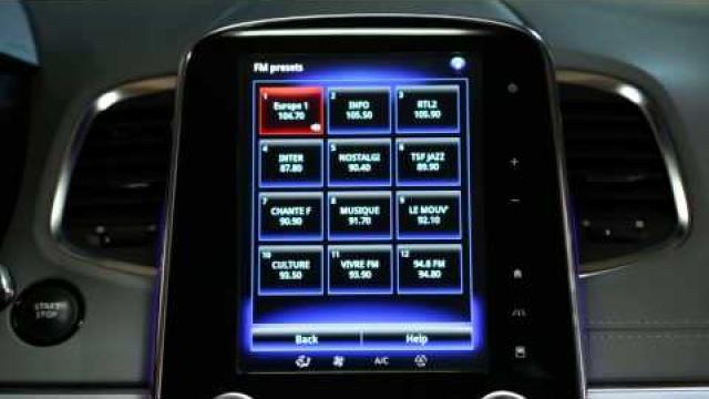 Jak korzystać ze sterowania głosowego do wybierania stacji radiowych?